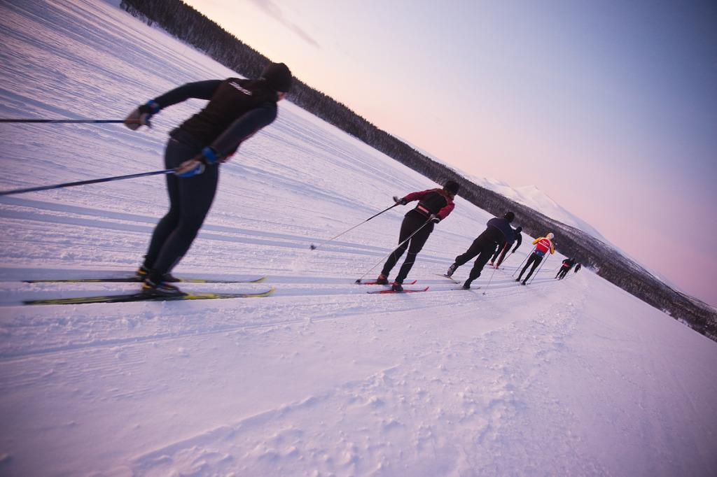 En bild på några av våra gäster som åker skidor mot skidspåren under en skidhelg i Saxnäs.